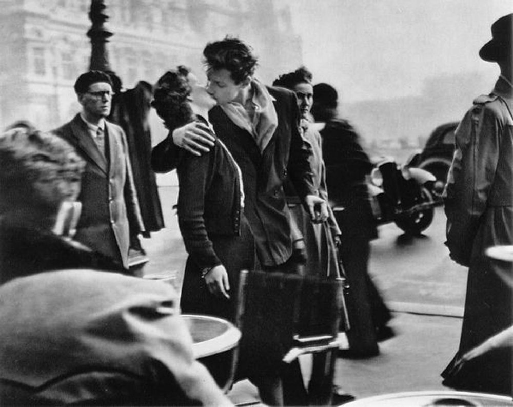 The kiss in front hotel deville robert doiseneau.jpg