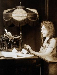 Typing 1927 / Wellcome Images