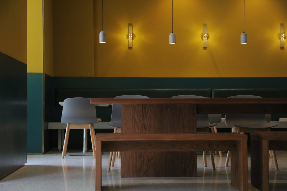 02-分享长桌及订制黄铜壁灯-Communal-table-with-brass-custom-made-wall-lamp.jpg