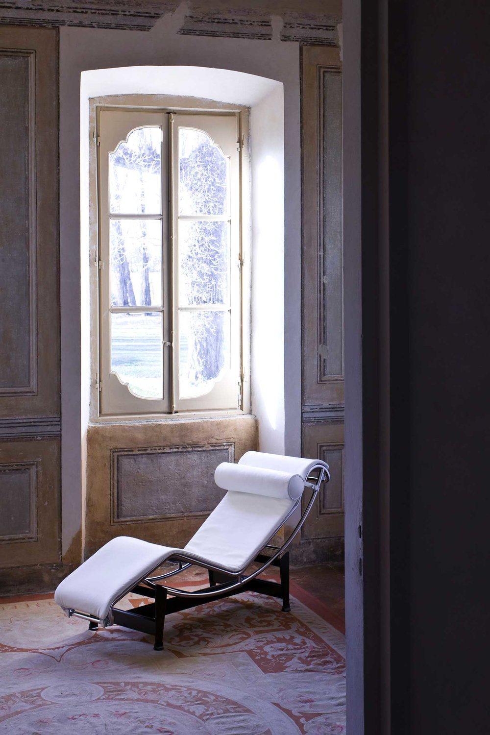 CASSINA_LC4_Le-Corbusier_Pierre-Jeanneret_Charlotte-Perriand_amb.jpg