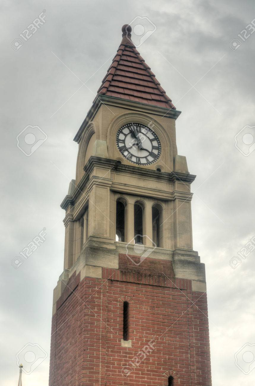 67959252-the-memorial-clock-tower-or-cenotaph-was-built-as-a-memorial-to-the-town-residents-of-niagara-on-the.jpg