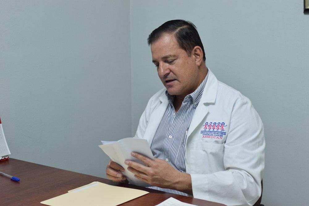 """Dr. Saúl Zeledón   Ginecólogo  """"Realizo consultas dirigidas a la prevención del cáncer de mama y cervicouterino, también realizo examen clínico de mama, papanicolaou, colposcopias y biopsias de cérvix."""""""