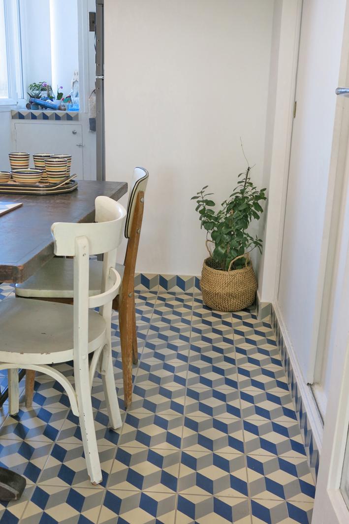 Table vintage style bistrot Becbunzen + chaises récupérées dans la rue.    Panier Monoprix.