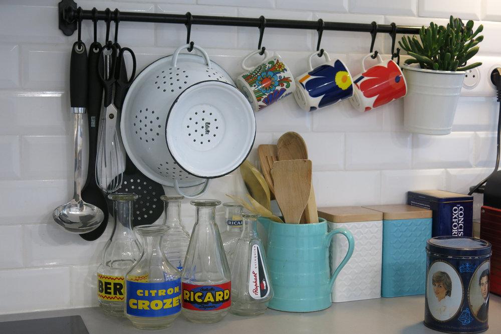 Tasses acapulco Villeroy et Boch chinées puces de    Fifi Turin    et deux tasses Marimekko made in Finland.    Carafes d'eau marques diverses vintage Berger ( vide grenier), Citron Crozet Joli rouge -72 rue d'Aubagne - 13001 Marseille.