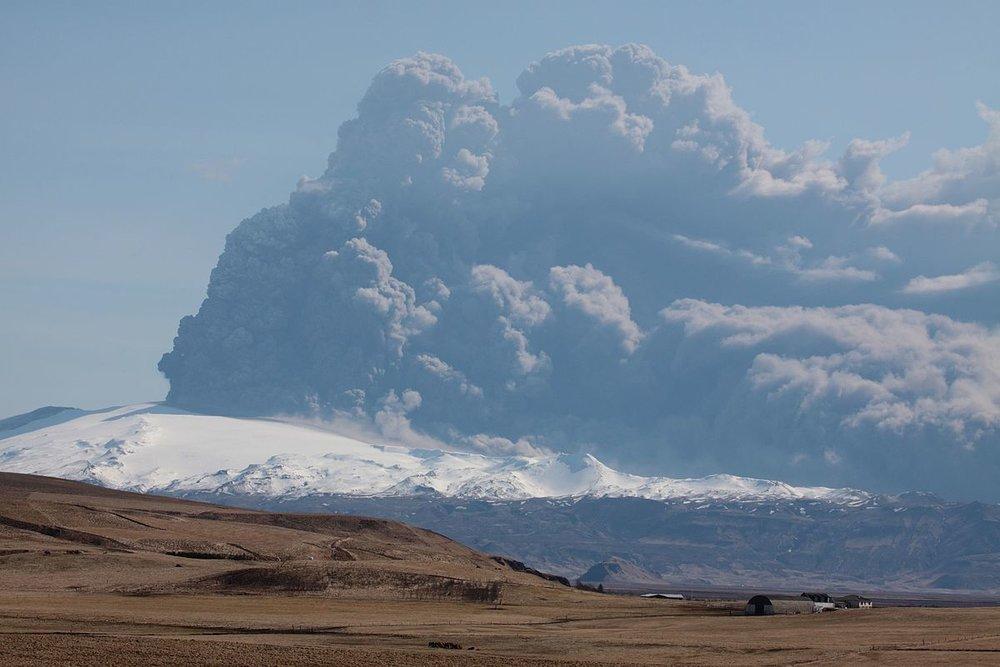 Eyjafjallajokull_volcano_plume_2010_04_17.jpg