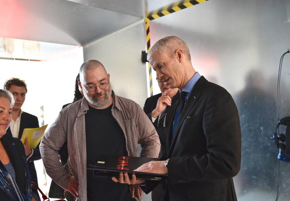 Actualités - La rencontre de Denis Bajram avec le Ministre de la Culture Franck Riester à la Médiathèque de Bayeux, Normandie.En savoir plus
