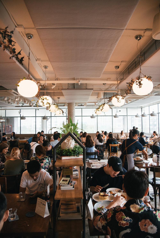 """- การจะทำร้านอาหารที่ประสบความสำเร็จในกรุงเทพฯ ไม่ใช่เรื่องง่าย ในยุคตัวเลือกในการทานอาหารเปลี่ยนบ่อยจนเกือบจะทุกเดือน มีร้านใหม่ผุดขึ้นมามากมาย พร้อม ๆ กับที่ร้านเก่าปิดตัวลงไปมากกว่า แต่ความสำเร็จกว่าหกปีของโรสต์ ก็เป็นเครื่องยืนยันว่าเชฟจอห์นนีมาถูกทาง และเมื่อเราถามเชฟถึงเทรนด์อาหารในกรุงเทพฯ """"คนส่วนใหญ่มักจะตกม้าตายจากการหลงทาง และหลงลืมว่าตัวเองเป็นใคร"""" เขาว่า """"สำหรับผม การยึดมั่นในหลักการของตัวเองเป็นสิ่งสำคัญ คุณจะประสบความสำเร็จได้ก็จากการทำงานหนัก มั่นคงและจริงจังกับมัน แต่ในขณะเดียวกันก็ถ่อมตัว และเป็นตัวของตัวเอง""""""""ผมผ่านอะไรมาหลายอย่างในชีวิต ออกจากบ้านไปต่างประเทศตั้งแต่เด็ก เดินทางไกล ชิมอาหารที่แตกต่างหลากหลาย ผมอยากให้อาหารของผมสะท้อนตัวตนตรงนี้ออกมา"""" เชฟจอห์นนีกล่าว และเราก็เชื่อว่าหนุ่มชาวเอเชีย ที่ข้ามน้ำข้ามทะเลไปรับการศึกษามาจากดินแดนตะวันตกคนนี้ ได้ทำหน้าที่การบอกต่อถึงเรื่องราวการเดินทางในอดีตของเขาด้วยอาหารอย่างไม่ธรรมดา ผ่านทางจานอย่างสตูว์ซีฟู้ดของโรสต์ ที่เล่าเรื่องการเติบโตทางอาหารในซีแอตเติลของเชฟโดยไม่ต้องใช้คำพูดใด ๆ"""