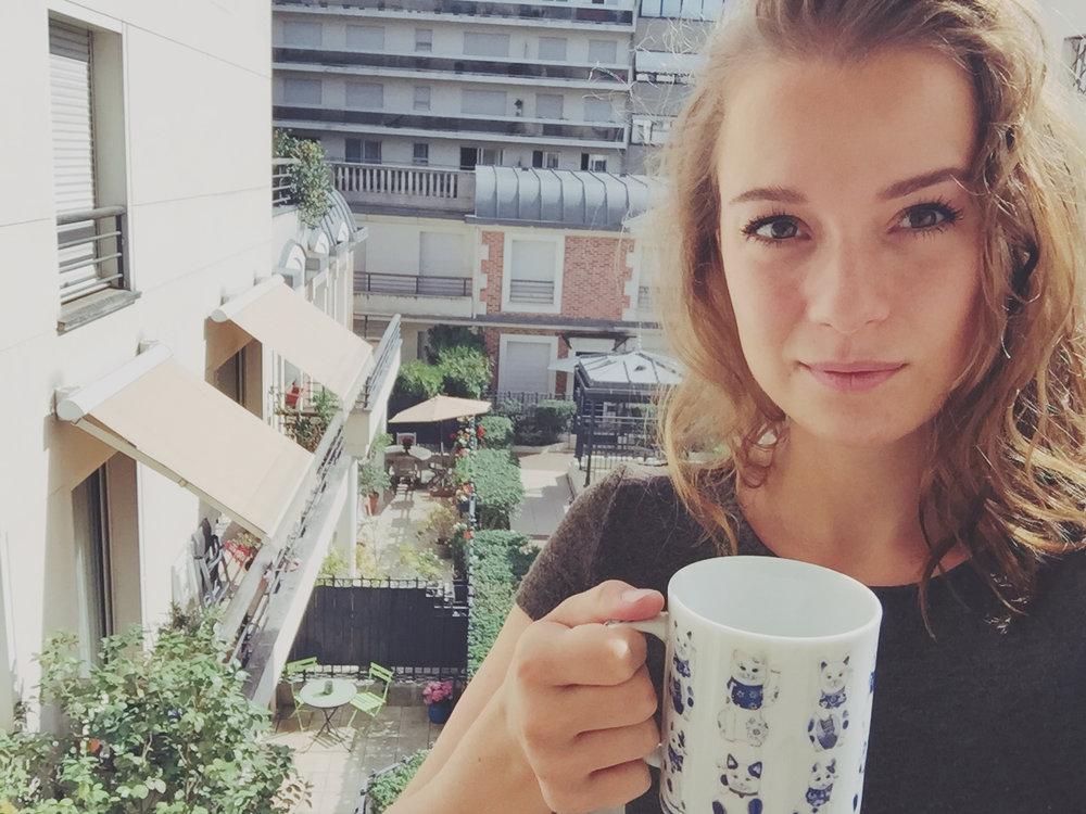 En train de déguster mon café sur le balcon de l'appartement entre deux meetings