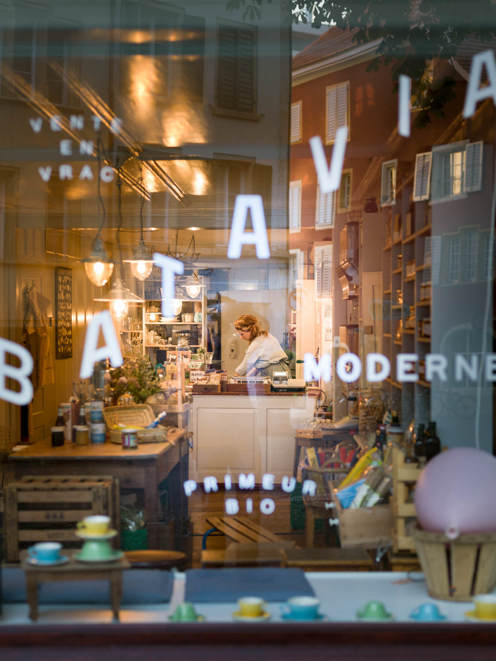 - Epicérie BataviaThe specialty shop is representative of a new generation of small shops that are experiencing a renaissance in the old town of Biel. Led by Cyndie and Raphaël with love, they offer only local goods from producers they know personally. I accompanied them for a day ... and fell in love with the Shop. A free work, so far unpublished.