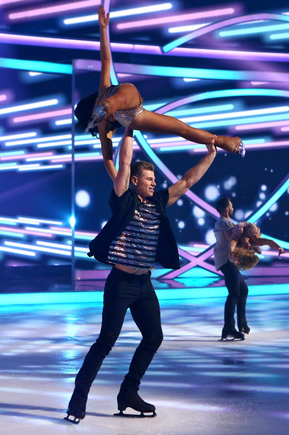Vanessa and Hamish perform together on Dancing On Ice.