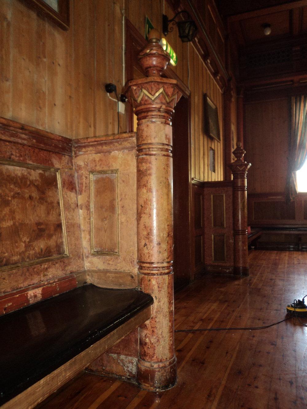Trudvang_ Halvsøyle ved døra. Før restaurering. 1.JPG
