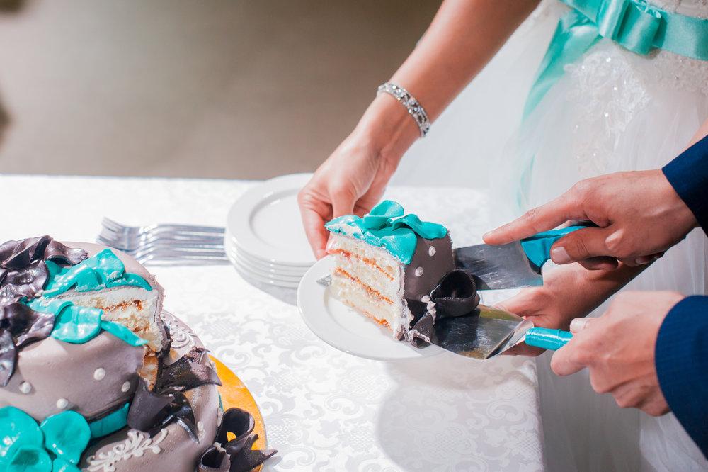turq and grey wedding cake.jpeg