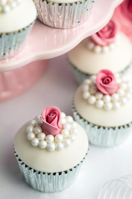 Pearl-and-rose-cupcakes.jpg