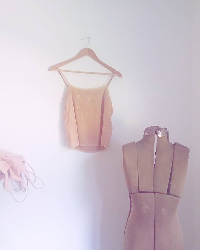 Blush pink from the pit and skin of an avocado on silk. Plus, a vintage mannequin to keep the new threads company #arethoseleotardspeekingintotheframe #threeisacrowd . . . #somosbycoconuco #blush #pink #avocado #naturalcolor #naturalpigments #botanicalpickmeup #foodwaste #zerowaste #botanicalcolor #naturaldyes #tintesnaturales #handdyed #comingsoon #leotards #plantcolor #plantbaseddye