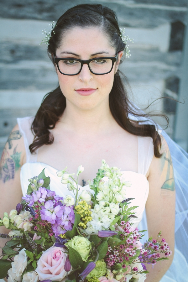 Gorgeous bride in glasses! Yes!