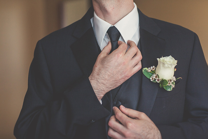 Simple groomsmen suit with a rose boutonnniere