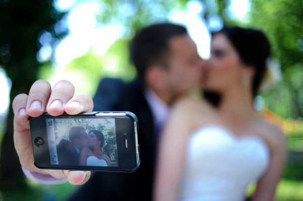 iphone, weddings, technology, social media, wedtiquette, wedding photos, wedding apps, mobile apps, bride, groom