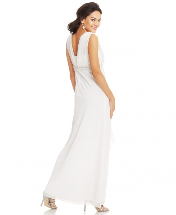 Live out your modern romance in this perfectly classic wedding dress under $500