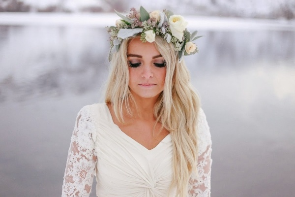 Gorgeous white and pale green, winter flower crown! Check out the post for other gorgeous winter flower crown styles!