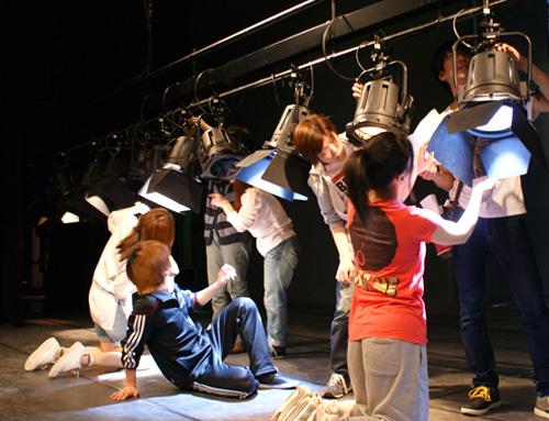 東北・北海道の大学では唯一の舞台芸術 - アクティング、戯曲、演出、音響、照明、装置、舞台美術、メイク、特殊効果などプロの専門家が講師として直接指導します。本学の研究施設である北方圏学術情報センター ポルトにある収容定員400名のホールが教室です。定期公演や卒業公演を通して実践的な学びができます。