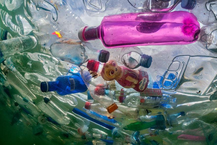 60,000 plastic bottles flood the Cibeles Fountain in Madrid