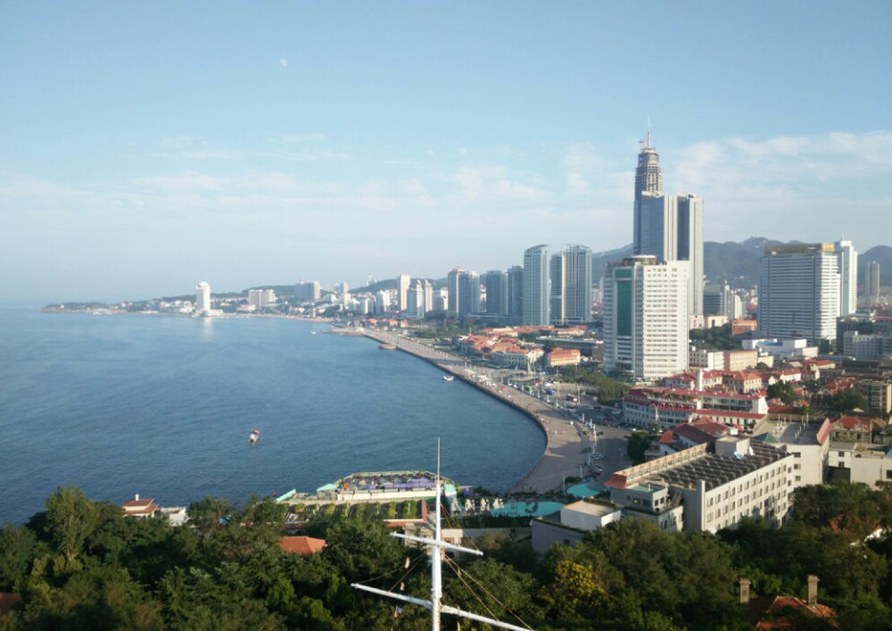 YANTAI - Yantai's urban historical space is concentrated in the Zhiguo District, in addition to Qishan Machinery and Guangren Road, as well as Chaoyang Street (formerly known as Gipperich St. and Zimmerman St., Yantai Mountain, Dome, Tianhou Palace, etc. 909 km of coastline, 2.6 million hectares of sea, 11 Linhai counties, 63 bedrock islands, and the rare seaweed house tradition far from the British Thatch (Thatching), and the annual average temperature is around 12 degrees, no cold in winter The pleasant climate of Xiayuan hot summer, but today's domestic and international popularity of Yantai is difficult to match the history and natural resources it has. In 1881, the British Missionary Group China Mainland (CIM) Park was the pleasant climate and coastal of Yantai. Geography chose to establish a sanatorium here, and then founded the internationally influenced Chefoo School. But the fascinating reputation of Yantai more than a century ago was buried in other domestic and foreign cities today.