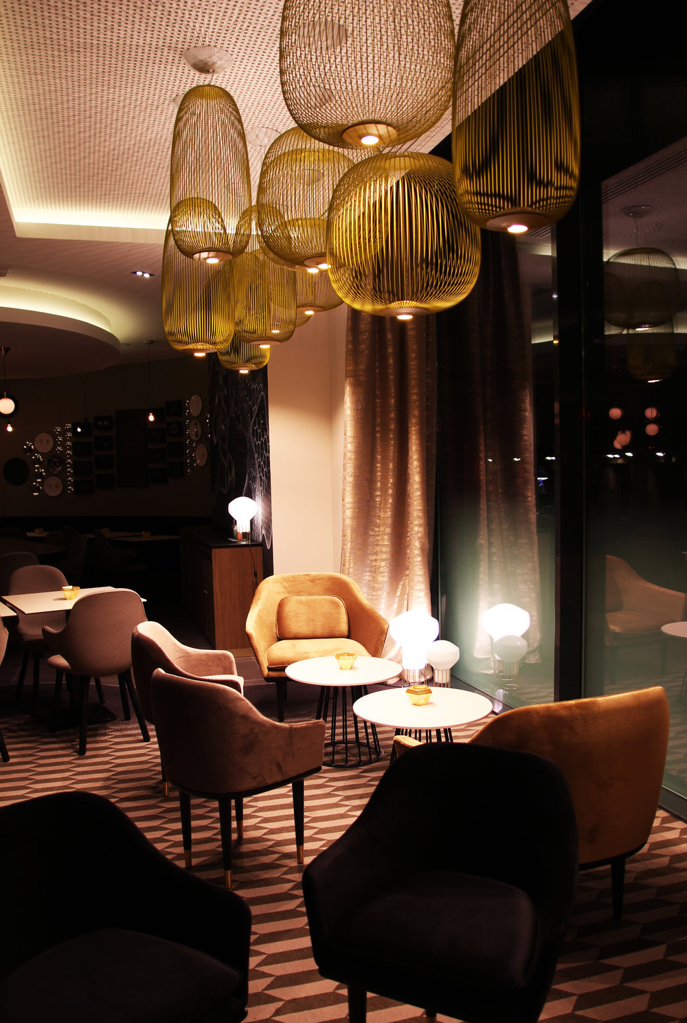 The Lounge - Chill out under the lighting cages // Détente et poésie lumineuse