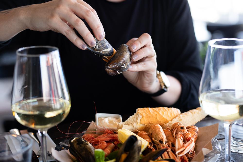 Äta musslor med händerna.jpg