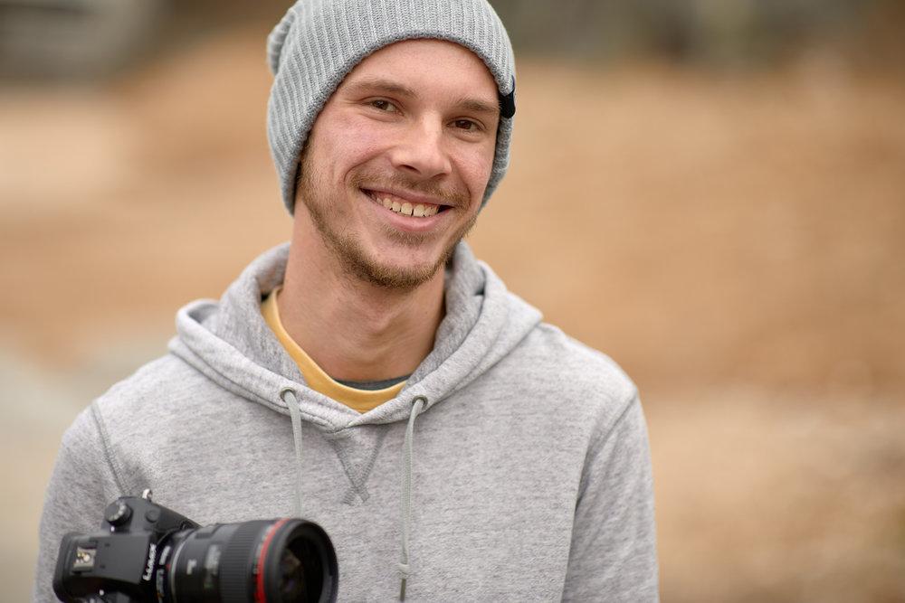 SCOTT - HELLO!!スタジオモーションの専属カメラマン、スコットです。アメリカ出身の私ですが、高知の豊かな自然や、親しみやすい人柄に居心地の良さを感じながら毎日を楽しく過ごしています。現在フリーカメラマンとして活動していますが、スタジオモーションを通じてさらに多くの人と出会い、皆さんの人生の大事な1ページを形として残すお手伝いができることを楽しみに思っています。私の性格的に妥協はしたくないので、お客様が満足していただけることはもちろん、自分自身も満足できるものをしっかりと作り上げていきます!一回きりではなく、節目節目のお客様を長いお付き合いの中で記録させていただけたら嬉しく思います。是非、スタジオモーションにご連絡ください。