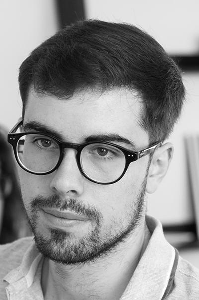 Alexandre Lança  passe son adolescence au Portugal, puis s'installe à Paris pour y poursuivre des études en cinéma. Un loft au Paradis est son film de fin d'études : il est sélectionné et primé dans divers festivals internationaux (BIFFF, Strasbourg, Nocturna Madrid), et diffusé sur TV5 Monde et Ciné +.