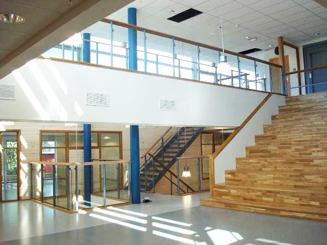 Vertikale føringer - Den eksisterende skolen lå på toppen og ved siden av en kolle, med 360 graders utsikt og fantastisk lys. Vi kuttet en spalte i kollen som gir skolen vertikale føringer/kommunikasjonsveier slik at hele skolen er tilgjengelig fra alle kanter.