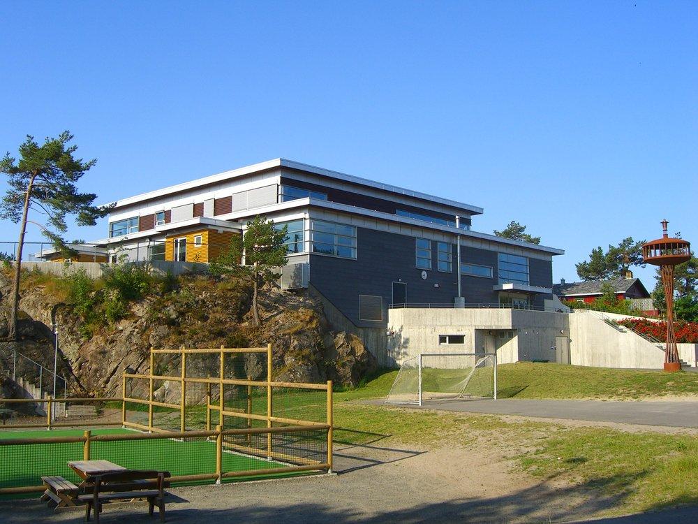 Fasade. Ballbinge og fotballbane