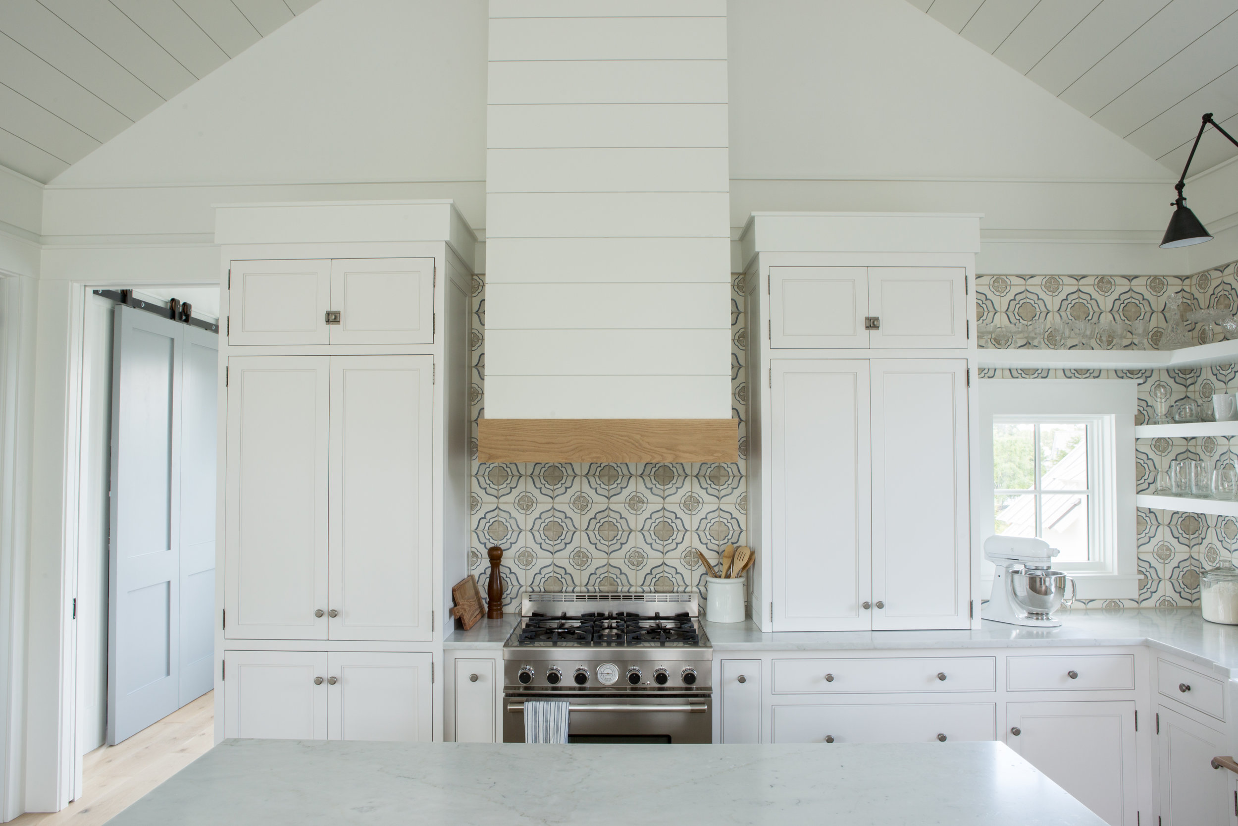 Kitchen with shiplap walls and modern farmhouse style. Coastal Cottage Interior Design Inspiration - Part 1 {Get the Look!} #kitchen #farmhousekitchen #shiplap #whitekitchen #coastaldecor #cottagestyle