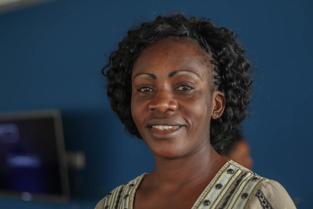 CELINA MAYALA   Celina nasceu no Congo e cresceu em Angola. É mãe de cinco filhos e dona de uma personalidade poderosa. Quem vê sua postura séria e concentrada, não imagina os sorrisos contagiantes que ela consegue produzir. É Celina quem nos traz foco e rapidez quanto estamos no ateliê. A cada ciclo como integrante do Mulheres do Sul global, ela avança como uma profissional de produção.