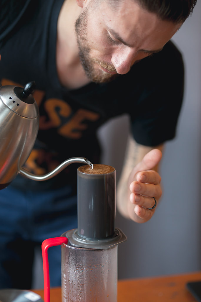 Brewing coffee with the upright aerorpess method