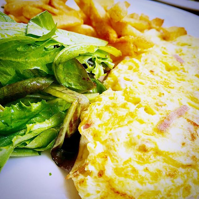 Brunch vibes only 🍳 . . . Did better on the veggies this time but those are 100% fries in the background #liveyourlife . . . #live #love #eat #choice #enjoy #yum #delish #brunch #eatyourveggies #eatrealfood #nyc #life #marathon #journey #mindful #balance #lifestyle #summer #brunchvibes #soho #felix #french