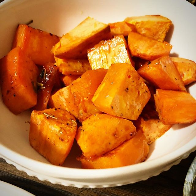Spicy Honey Sweet Potatoes . . . #turkeyday #thanksgiving #thanksgivingsides #sweetpotato #spicyhoney #sweetandspicy #yum #enjoy #eat #choice #holiday