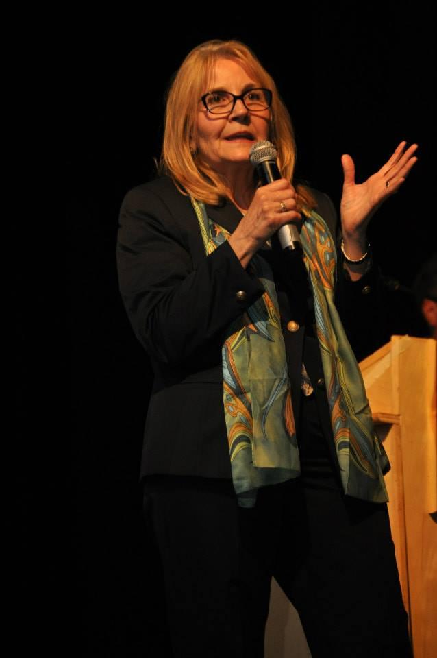 LA SÉRIE DE CONFÉRENCIERS MÀMAWI ENSEMBLE - Issu de la sensibilisation suscitée par les activités de l'école Pleasant Park, la série annuelle de conférences sur les Autochtones a été lancée en 2012 à la demande des parents de l'école pour les impliquer dans davantage d'efforts de réconciliation.En 2015, la série annuelle de conférences est devenu une initiative multi-scolaire, et bénévole. Il a été rebaptisé Màmawi Ensemble et a présenté un événement d'éducation communautaire avec une période de questions et réponses animée.Les anciens conférenciers ont été:2013: Trina Bolman, héritage de l'espoirSujet: «Histoire des pensionnats»2014: Scott Serson Ancien sous-ministre des Affaires autochtones et du Nord du gouvernement fédéralSujet: «Mythes, perceptions erronées et réconciliation»2015: Commissaire Marie Wilson, Commission de vérité et réconciliation du CanadaSujet: «Le rôle que nous pouvons tous jouer dans la réconciliation»2016: L'honorable sénateur Murray SinclairSujet: «Le rôle critique de l'éducation dans la réconciliation»2017: Ministre l'Hon. Carolyn Bennett et l'Hon. Sénateur Murray SinclairSujet: «Répondre aux 9 défis des étudiants»2018: Max FineDay, directeur exécutif du Canadian Roots ExchangeSujet: un événement en 3 parties axé sur la réponse aux défis présentés par les jeunes l'an dernier.Partie 1: Défi national Màmawi Together: être lancé à l'échelle nationale, dans toutes les écoles.Partie 2: Panel de discussion sur «Intégrer les vérités aux étapes de la réconciliation»Partie 3: Journée communautaire Jeunesse pour la réconciliation - Des écoles des quatre conseils scolaires d'Ottawa ont été invitées.Discussion de groupe sur «L'équité de genre et la diversité dans la réconciliation»