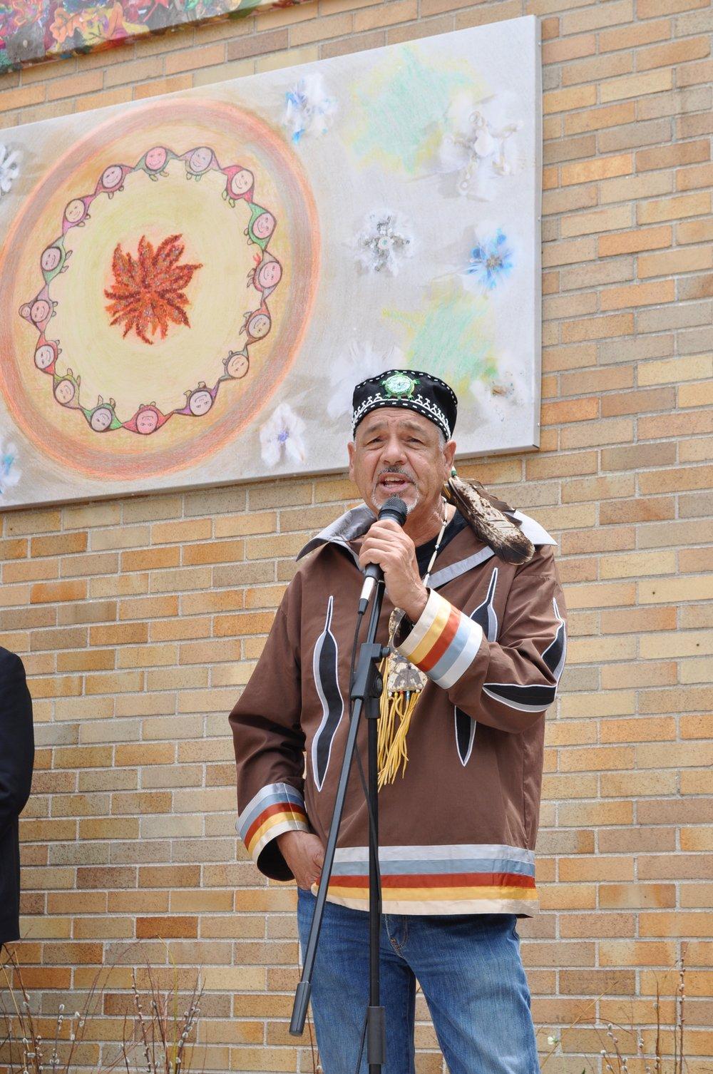 Albert Dumont - L'Algonquin conseiller spirituel et l'artiste ont invité les élèves de l'école Pleasant Park à créer une murale d'art à quatre panneaux représentant les quatre saisons. Sa contribution nous a aidés à créer un symbole durable d'unité dans notre communauté.
