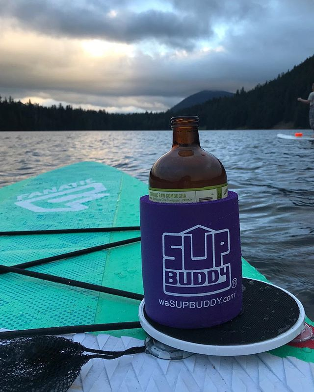 Sunset SUP sesh... best shared with your best bud and your #SUPBuddy ⛅️🌊🌲 . . . #SUP #SUPbuddy #iSUP #standuppaddle #sunset #lake #addicted #pnw #upperleftusa #pacificwonderland #oregon #SUPoregon #adventure #explore