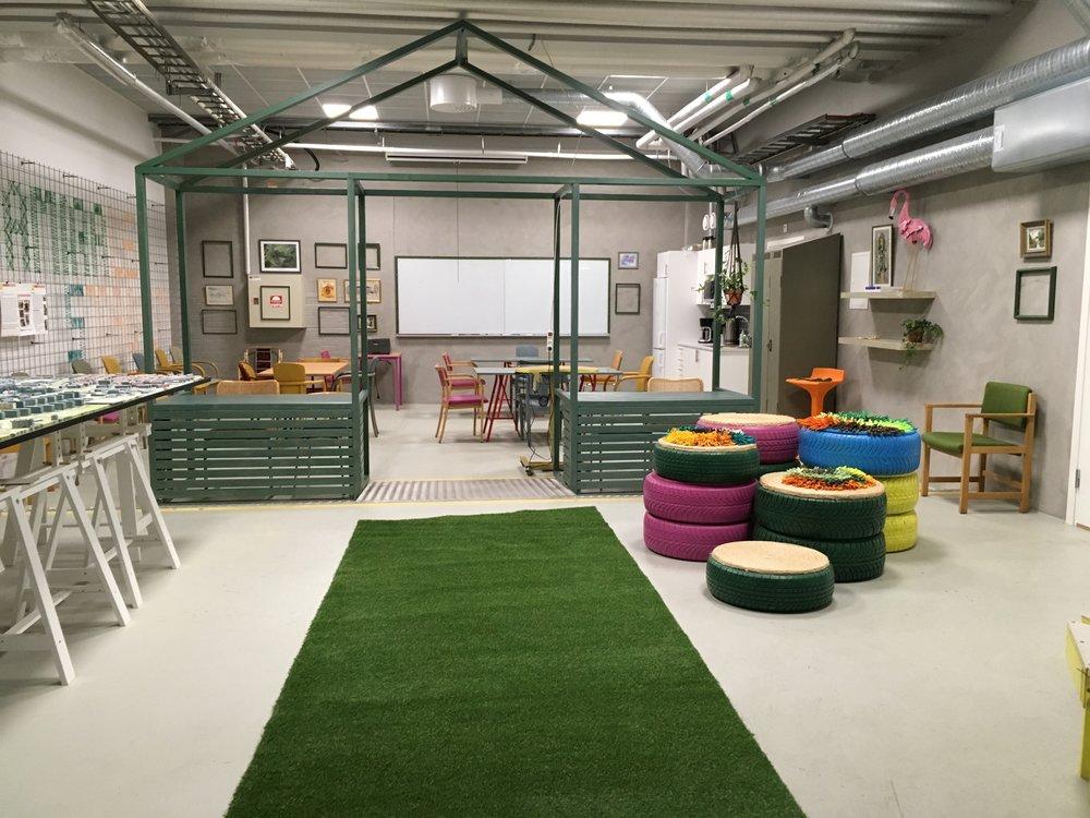 Social Sustainable Design LAB - Malmö Stad - Hur skapar vi en mötesplats för invånarna iAmiralsstaden där de känner sig välkomna attdelta i den kommande stadsplanerings processen?Med hjälp av återvunnet material lyckades vi dekoreralokalen utan att köpa några nya möbler alls och involverainvånarna att delta, Allt detta under konceptet