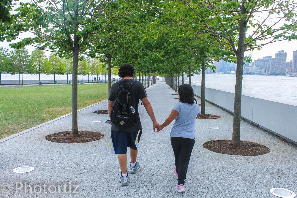 The Frank D. Roosevelt Park. Brother and sister enjoying the walk.  Los hermanos disfrutando de la caminata.