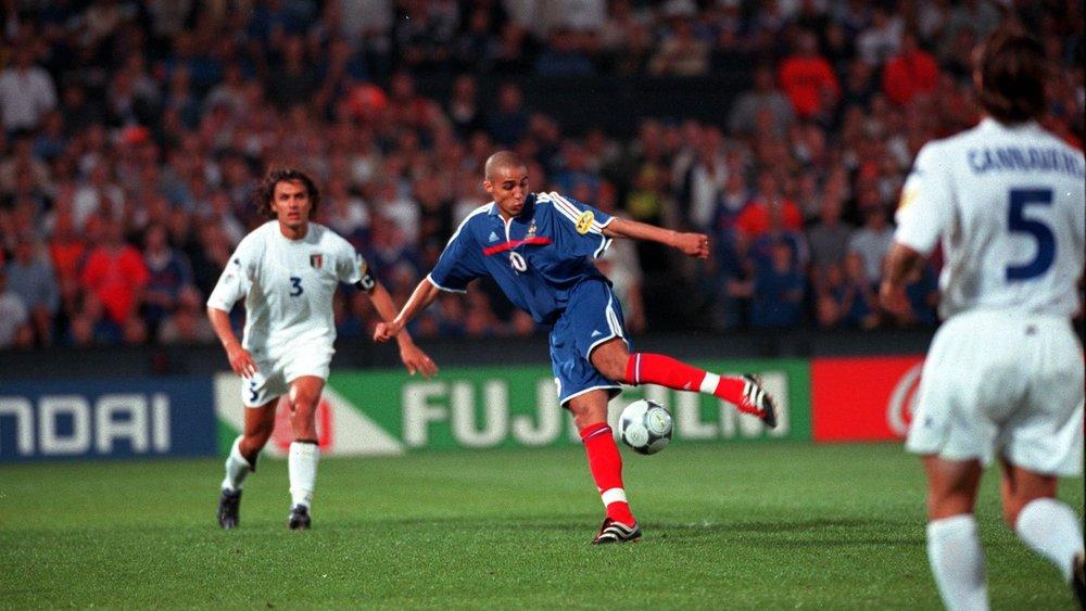 Trezeguet wins Euro 2000 for France.