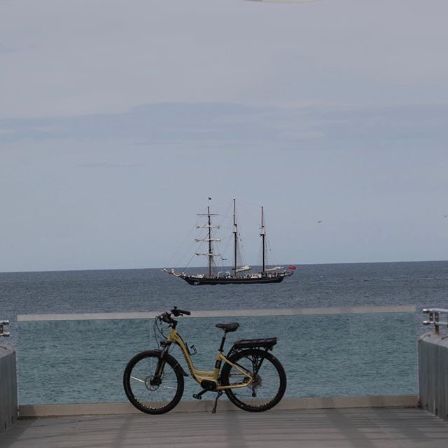 A new ebike #smartmotion #xcityebike in the distance sail training ship #spiritofnewzealand #napierviewingplatform #ebikerentals #hawkesbaytrails #explorebybike