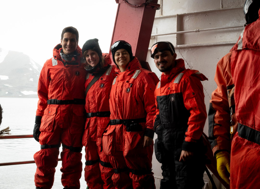 All dressed up and prepared to enter the boat that would take us to King George Island to visit the Brazilian Antarctic station Comandante Ferraz (from left to right: Afonso Ferreira (MARE-IH), Catarina Guerreiro (MARE-FCiências.ID) and the oceanographers of FURG Julia Mansur and Thiago Monteiro.