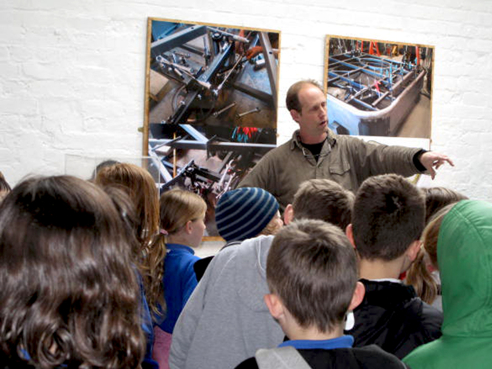 cory-burr-explains-the-finer-pionts-to-thrupp-class-4-pupils1.jpg