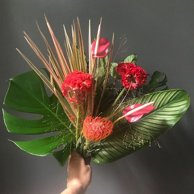 Happy Saturday!  Feeling like the holidays this year could be a little more tropical. . . . . #tropicalholiday #tropical #nycflorist #flowersofinstagram #bouquets #floraldesign