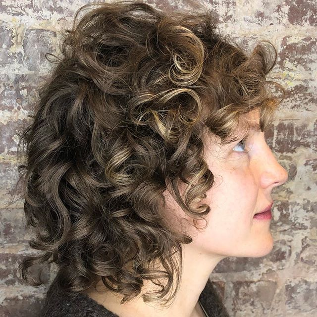 curly.round.shag.everything • • • • • #shaghaircut #curlyhair #nycsalon #commongoodnyc #hairbyjamiecook #curlynaturalhair #razorcut