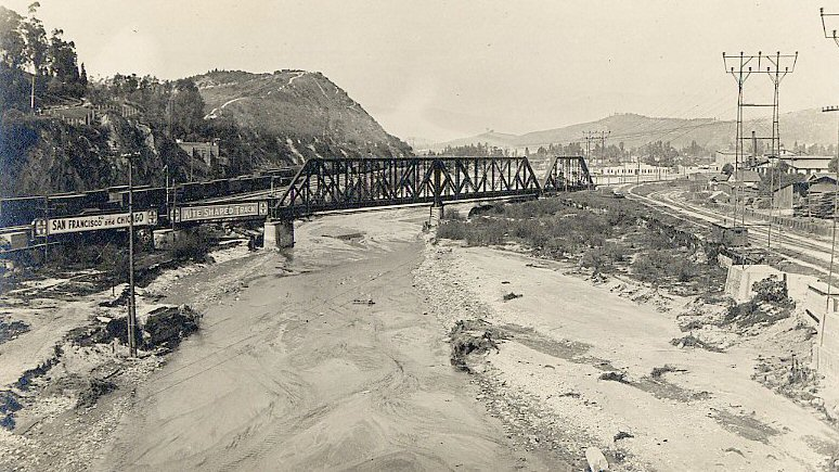 31. View up the unchannelized River from the North Broadway Bridge, 1915