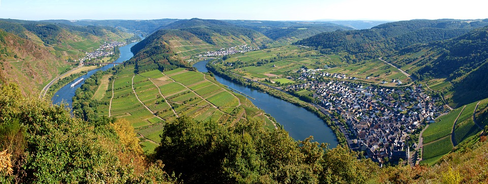The dramatic bow in the Rhine River at Bremm is matched by so many other stunningly dramatic views in the Mittelmosel winegrowing region